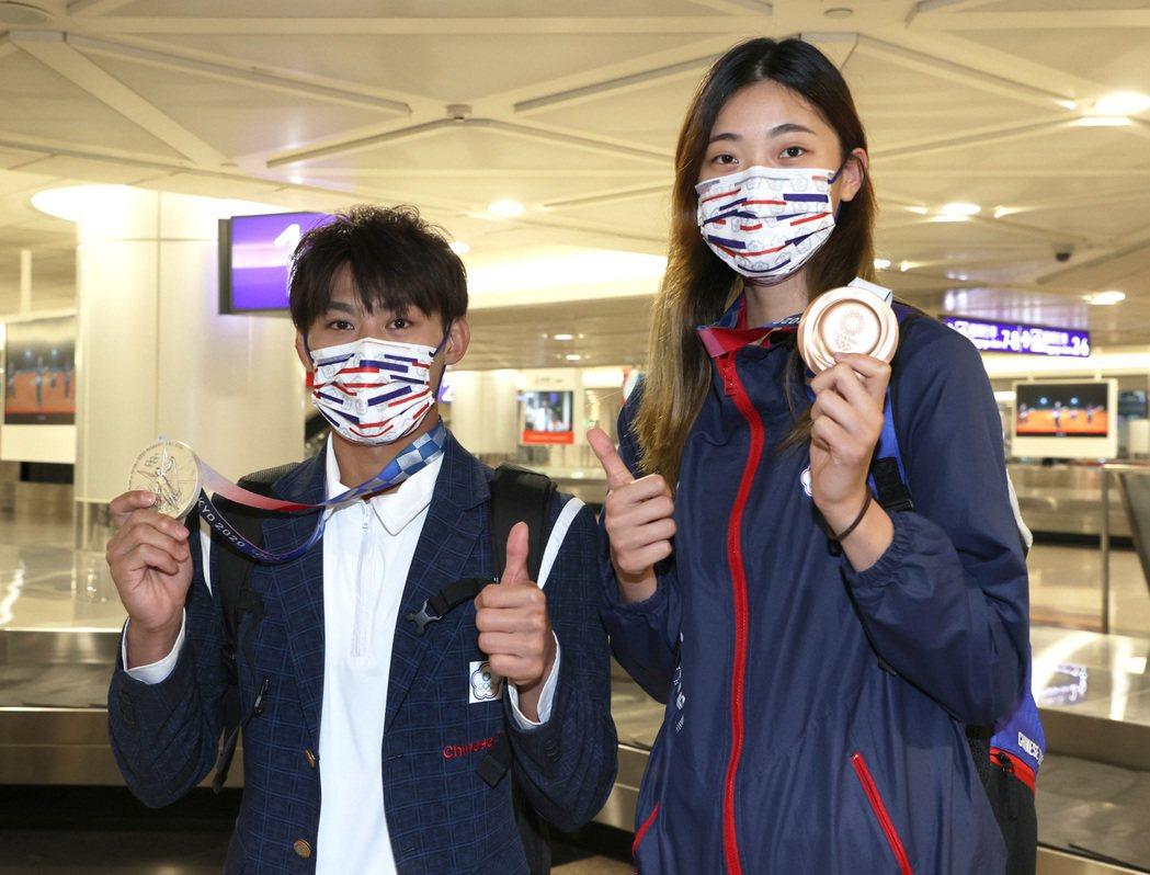 東京奧運柔道競賽獲得銀牌的楊勇緯(左)、跆拳道銅牌的羅嘉翎(右),昨凱旋歸國。記...