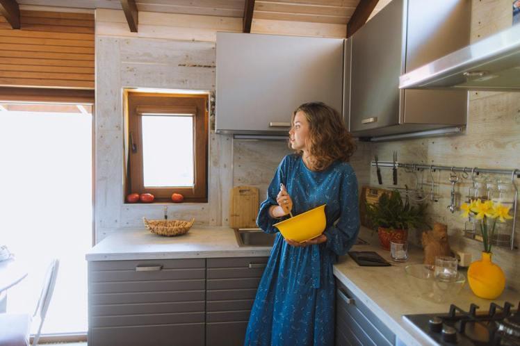 廚房的檯面高度,要適合使用人的身高。圖/摘自Pelexs