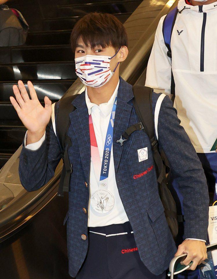 柔道國手楊勇緯返台時,特地穿上東京奧運開幕式進場服裝,帥暈粉絲。記者陳嘉寧/攝影