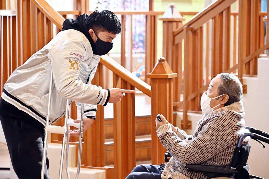 在父親的嚴格訓練下,子壽一感受不到肯定與關愛,17歲時決定離家出走,成為摔角選手。 圖/《我家的故事》劇照