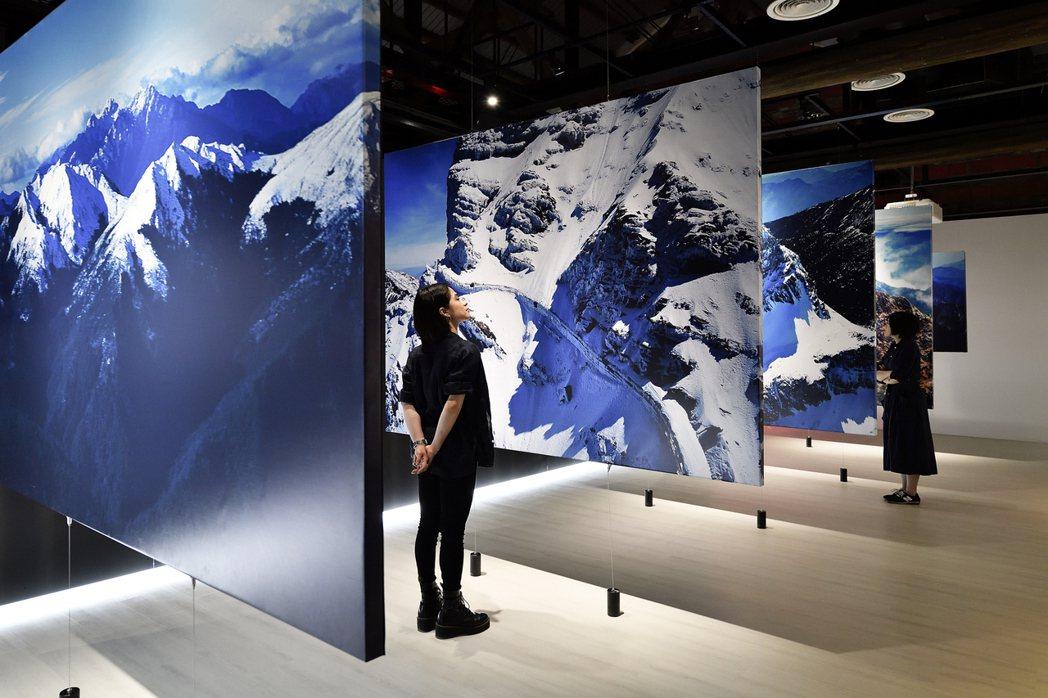 「見山」展以鳥瞰角度看山。圖/格式設計展策提供、汪德範攝影