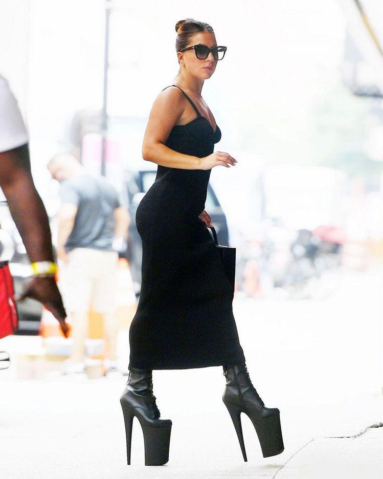 Lady Gaga以Magda Butrym細肩帶洋裝、Pleaser高跟靴,拎...