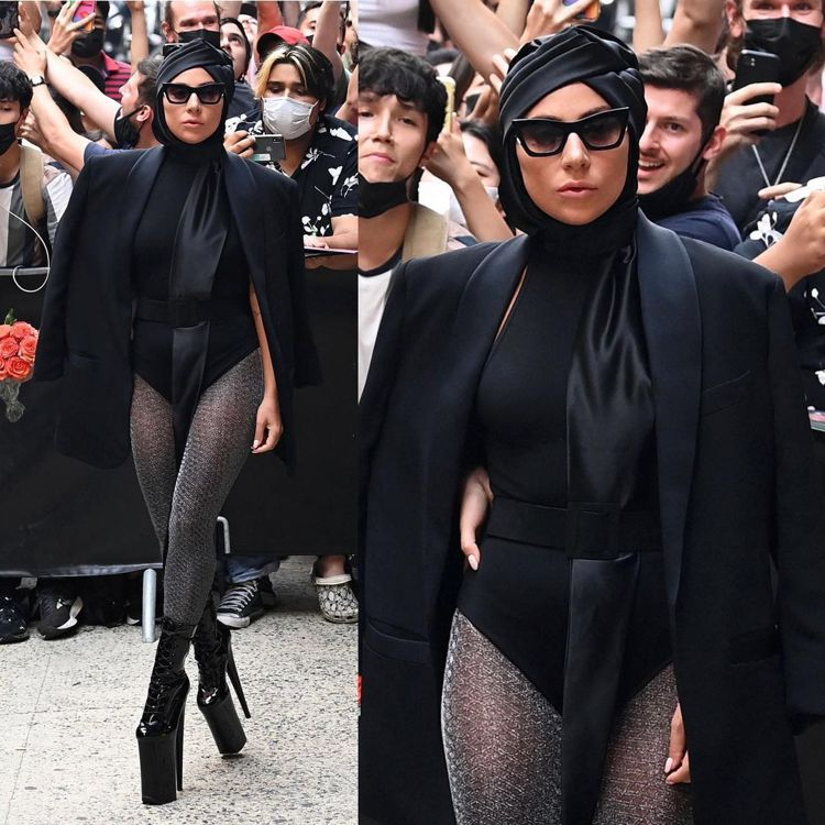 開高衩宛如將泳裝、搭襯黑色網襪和恨天高,完全就是Lady Gaga的代表作。圖/...