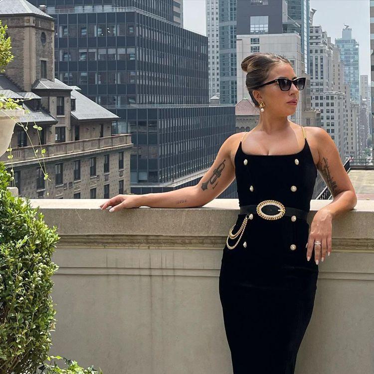 Lady Gaga以「紐約皇后」之姿演繹Alessandra Rich晚裝、皮帶...