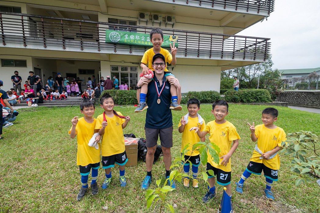 諾和諾德首次員工社會責任日與宜蘭足球小將們踢球、種樹。 圖/吳欣穎攝影