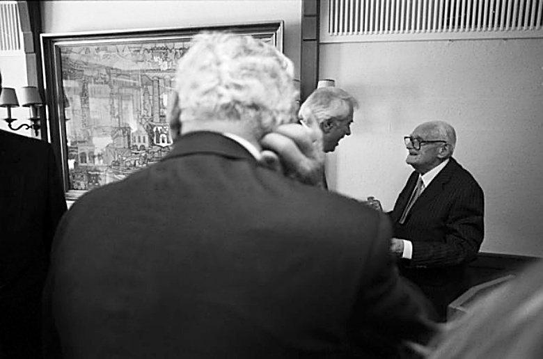 德國老牌出版社C.H. Beck,於7月27日在官方網站上宣布,從今年11月上市的版本開始,將把曾經活躍於納粹時期的法學者,從許多歷史悠久的註釋書上除名。圖右為Theodor Maunz。 圖/維基共享