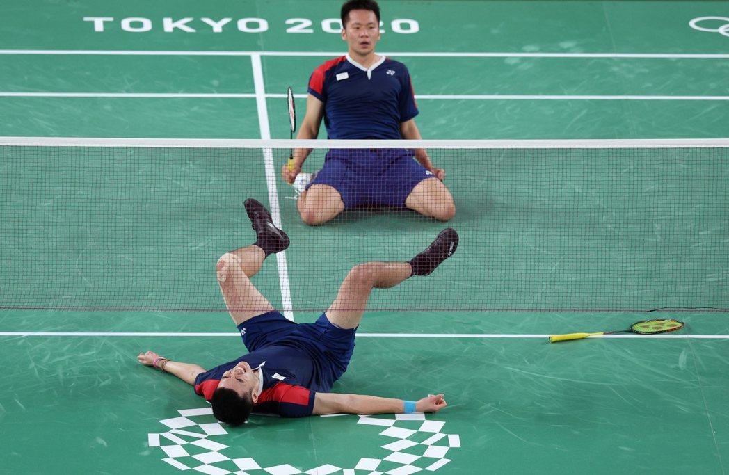 李洋(左)和王齊麟贏球後難掩興奮之情! 特派記者余承翰/東京攝影