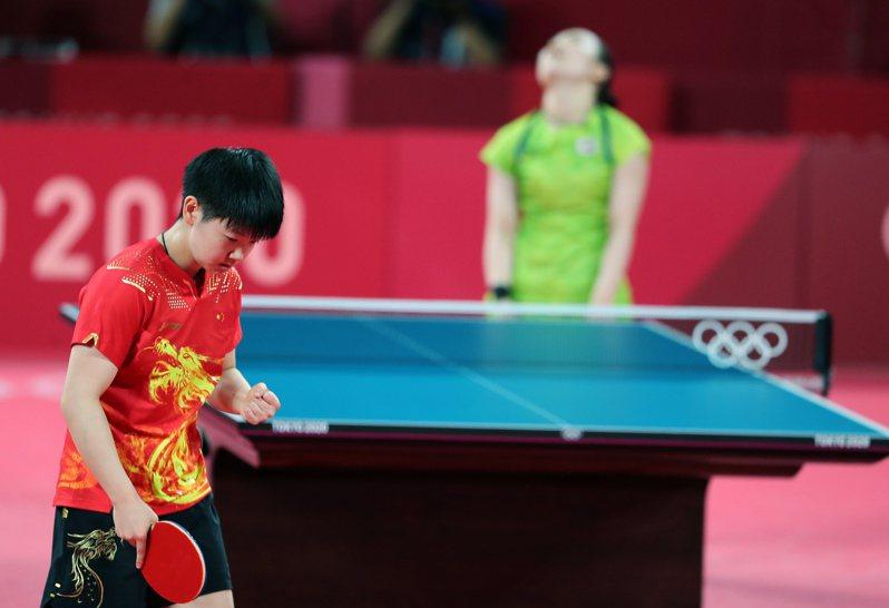 東奧桌球女子單打項目,日本代表選手伊藤美誠(後)在準決賽中,以0比4敗給中國選手孫穎莎,接下來準備爭取銅牌。 新華社