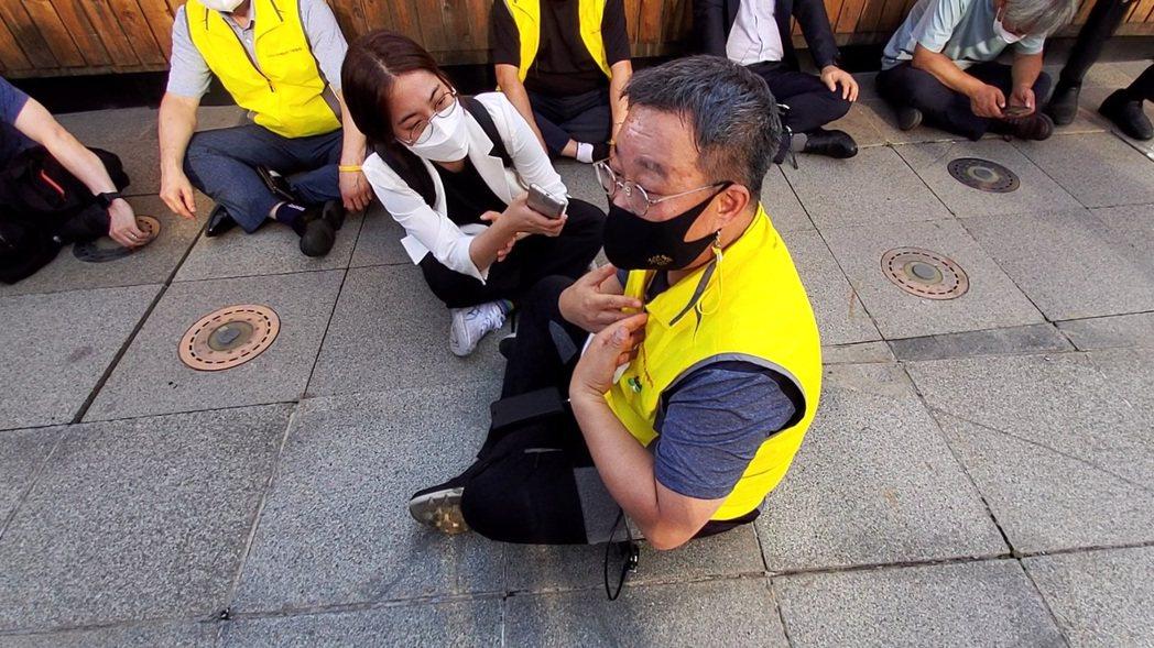 416世越號慘案家屬協議會執行委員長俞敬根(坐在地上者) ,希望和市廳商討如何在...