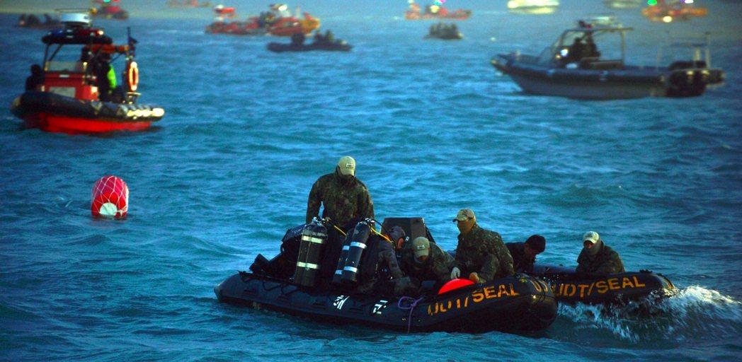 載有476人的渡輪世越號,在2014年4月16日早晨傾斜後,只有167人倉皇逃出...
