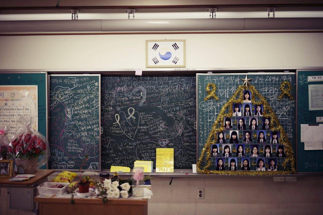 2016年4月16日,世越號兩周年忌日,檀園高中裡遺族與校方為死去的同學們布置追...