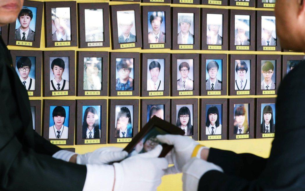首爾政黨輪替後,所有關於延續世越號記憶空間的發想,遂告蒸發。圖為世越號罹難者的遺...