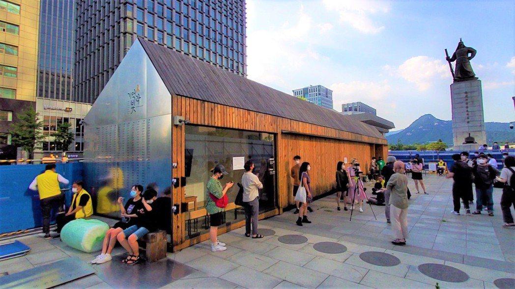 市民突破首爾市廳公務員封鎖後,進入光化門廣場上的世越號船難「安全與記憶」展示空間...