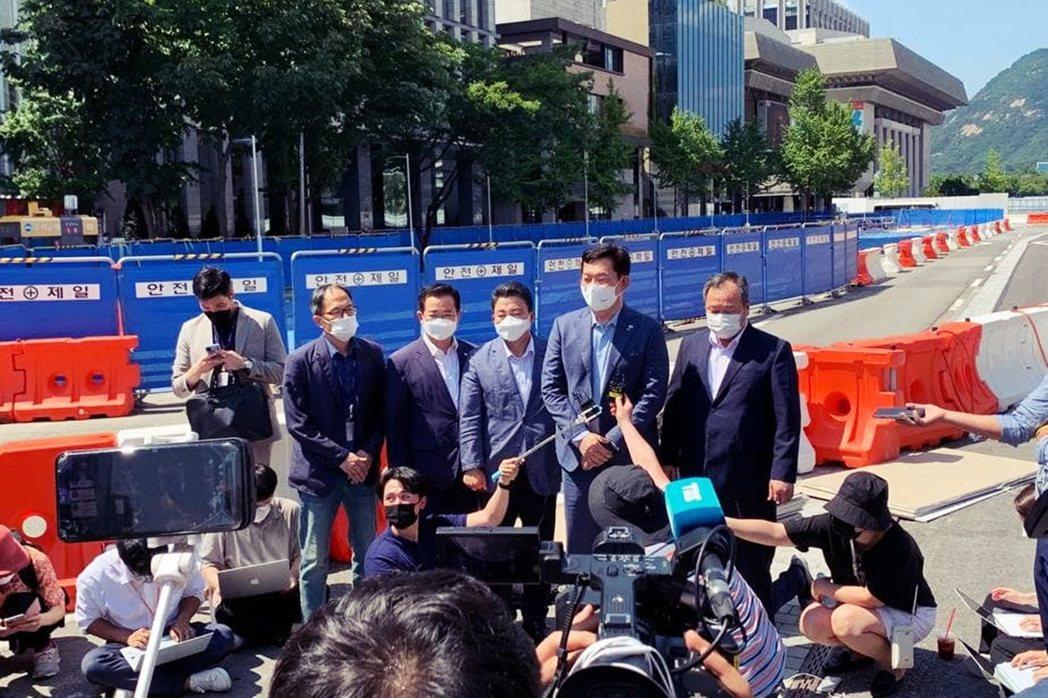 共同民主黨黨魁宋永吉,帶著首爾市議長與議員前來現場與家屬見面,並表達對展示空間延...