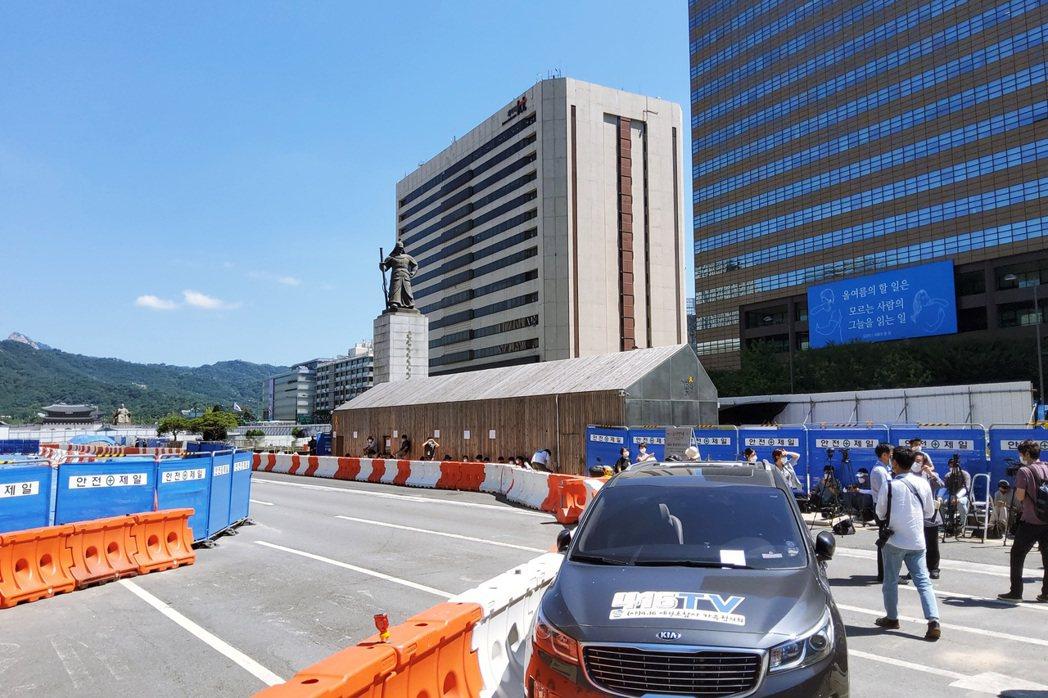 改建中的光化門廣場,孤立於其中的世越號船難「安全與記憶」展示空間,面臨首爾市廳要...