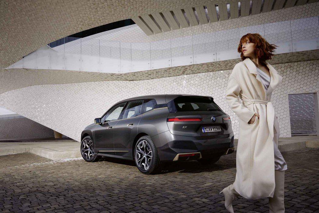 BMW iX配備手機數位鑰匙2.0功能,透過全新UWB超寬頻技術,車主只要iPh...