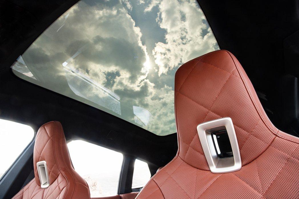 全新電控調節採光全景式玻璃車頂,適時調節車室空間採光,營造兼具頂尖科技與美學造詣...