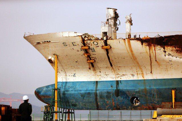 南韓世越號沉沒事故發生於2014年4月16日,世越號從仁川港駛往濟州島途中因事故...