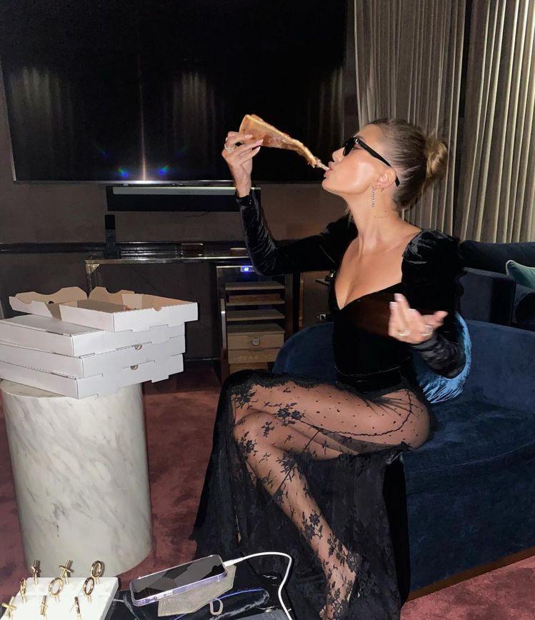 海莉比伯在家辦派對,大方秀出好身材,火辣呈現美尻曲線。圖/摘自instagram