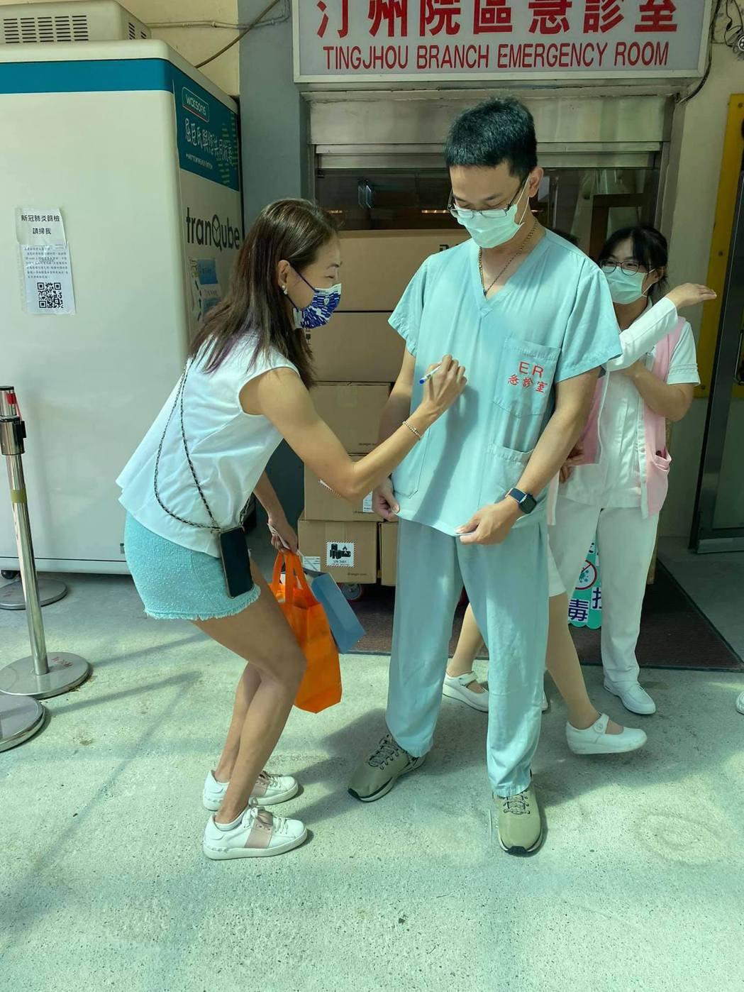 賈永婕持續送防疫物資到各醫院。圖/擷自臉書