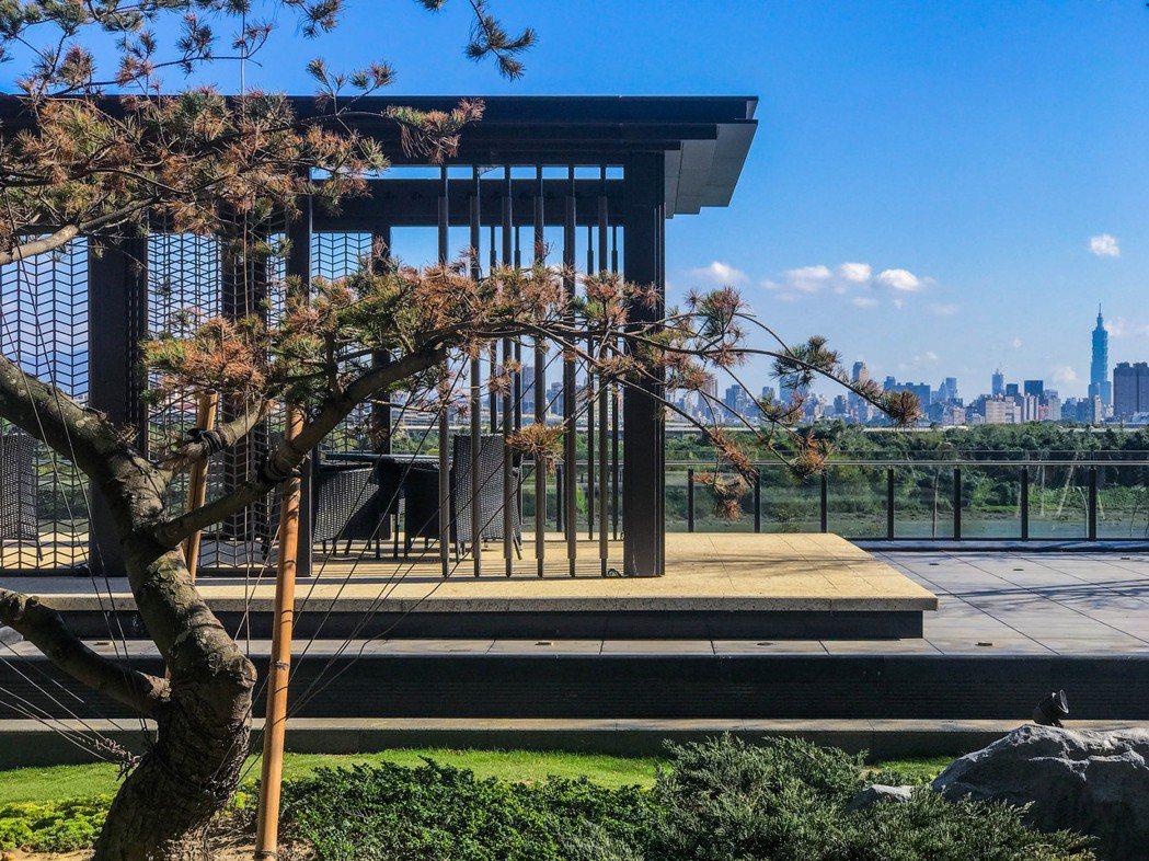 三樓中庭花園景致優美可遠眺台北101。(圖/遠雄百富提供)