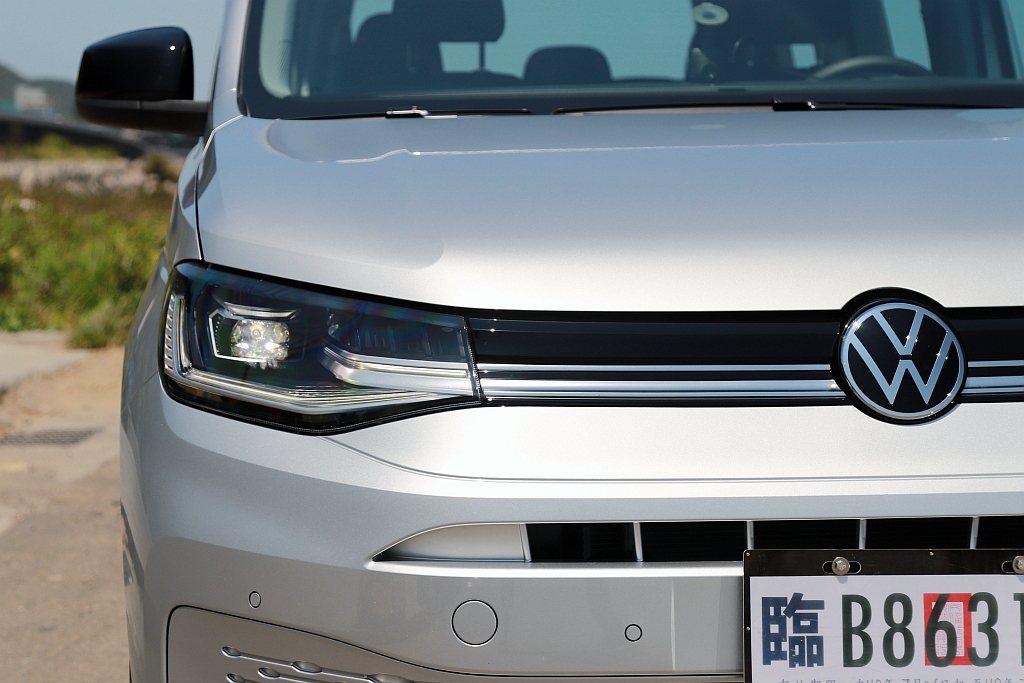 新式LED頭燈(包含遠近燈與日間行車燈),搭配密合式水箱護罩與橫貫式鍍鉻飾條,來...