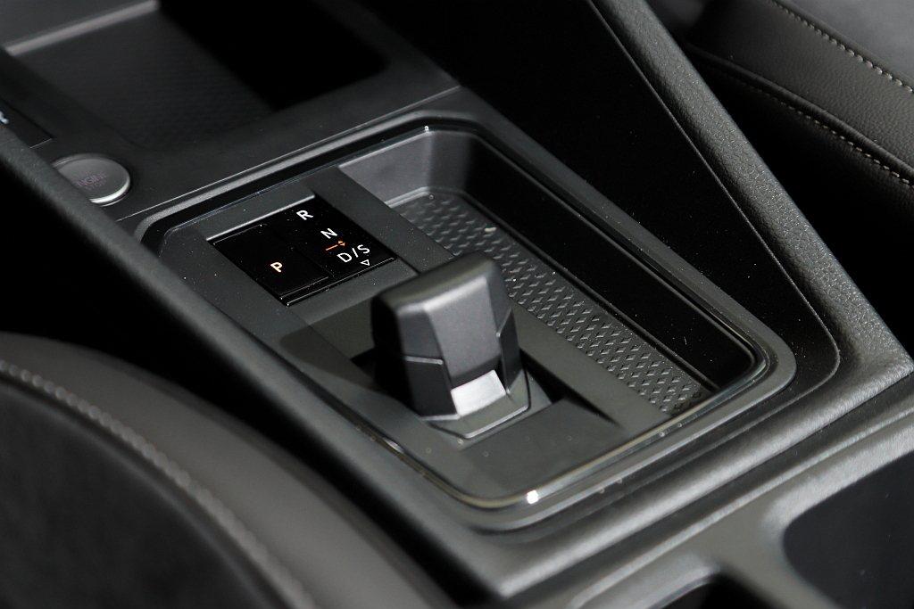 福斯商旅Caddy Maxi TDI Life使用D檔就能適應各種路況需求,但原...