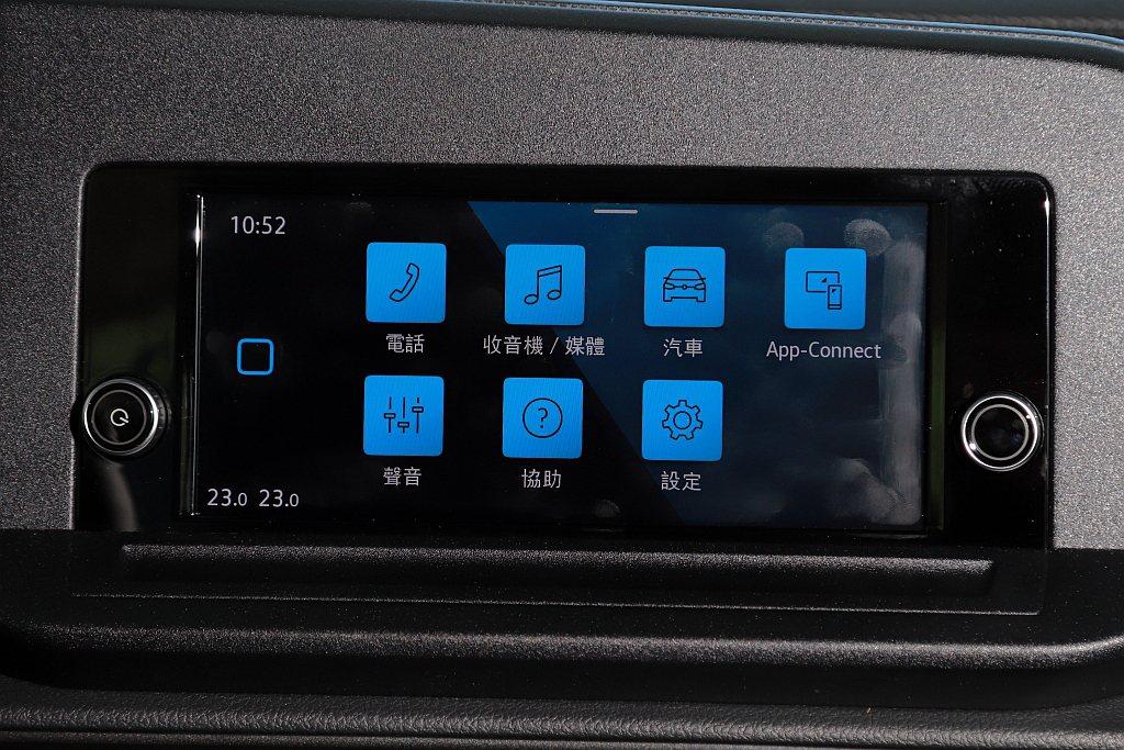 Composition 8.25吋螢幕具備APP-Connect手機多媒體連結功...