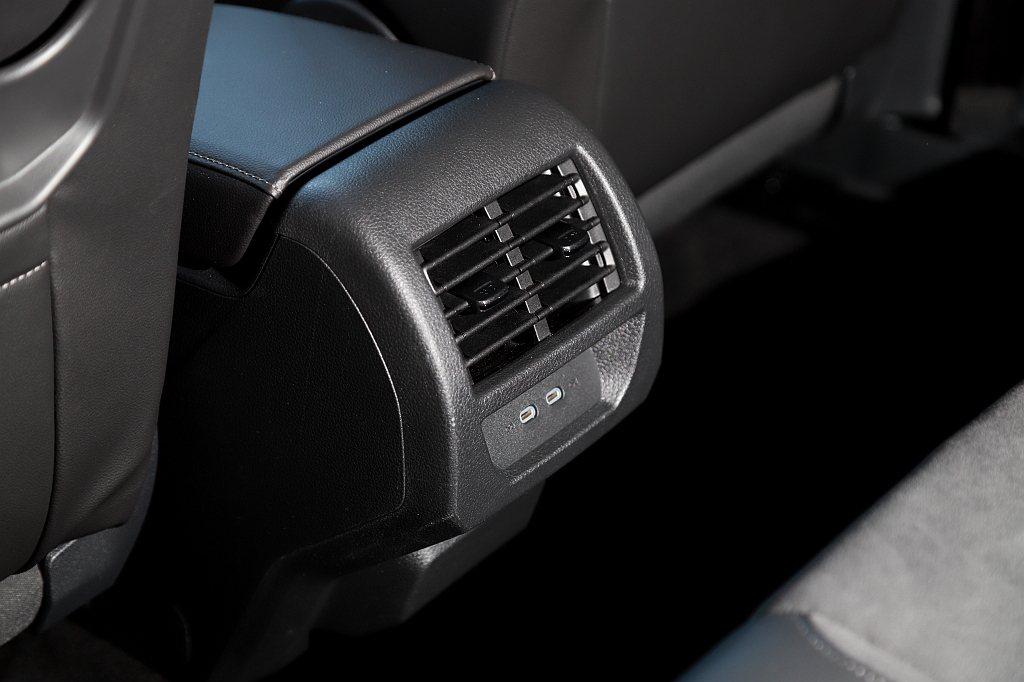 充電機能方面,前座與後座都分別有兩個Type-C充電插槽,儀表上方與中央冷氣出風...