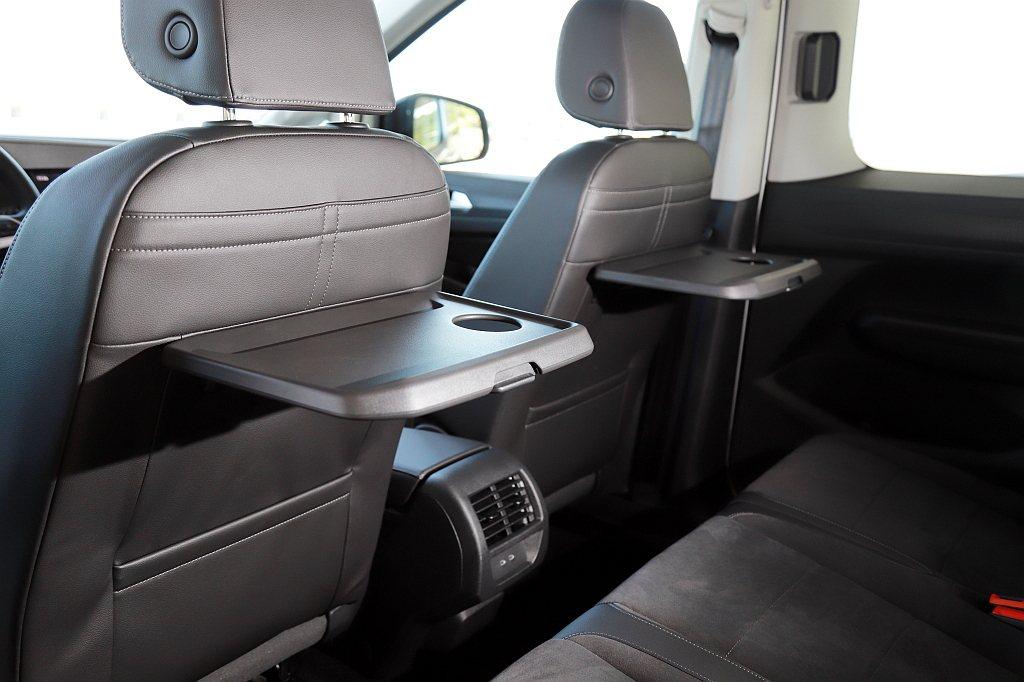 第二排座椅不僅相同寬敞、舒適,TDI車型還將椅背多功能摺疊桌列為標配,非常合適現...