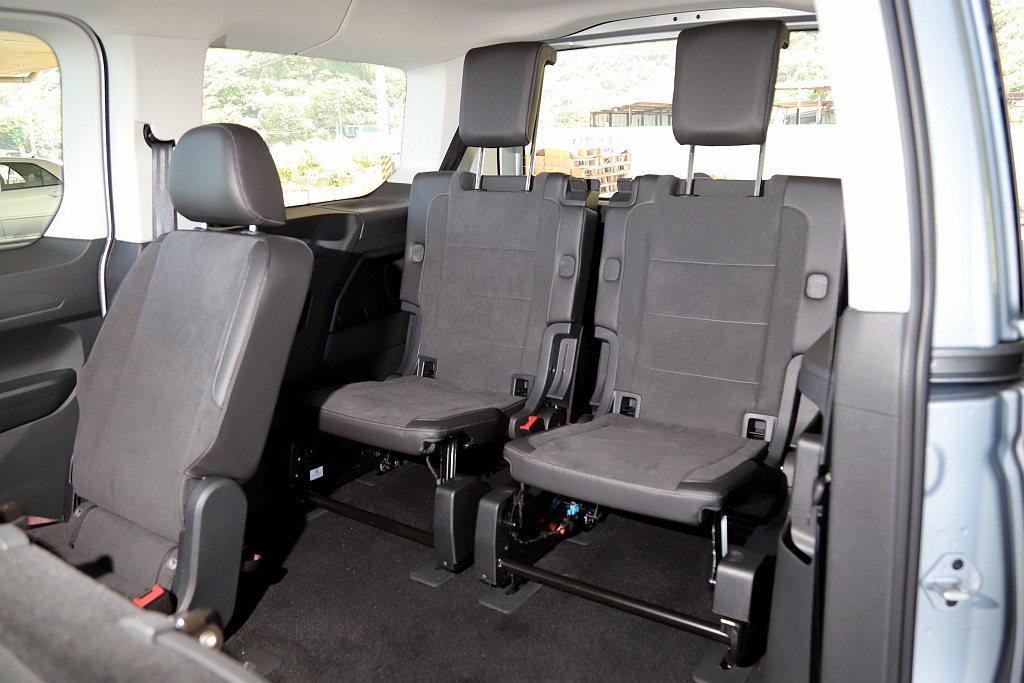 雙獨立第三排座椅,除相同擁有傾倒、拆卸的功能之外,由於椅墊厚度經過調整與輕量化設...