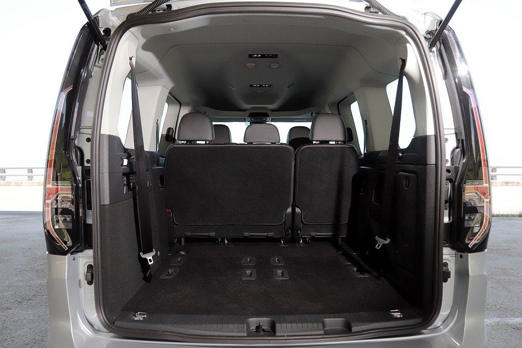 7人滿座狀況下福斯商旅Caddy Maxi仍擁有446L置物空間,若將第二、第三...