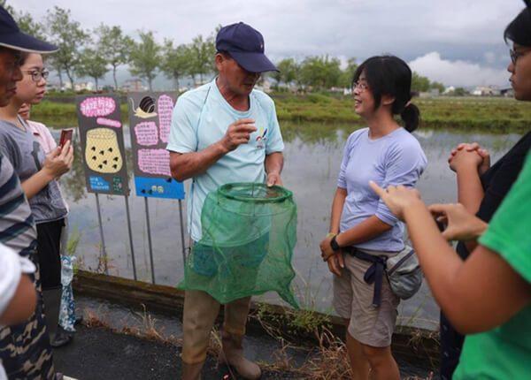 動保博士林芳儀(右2)移居宜蘭務農要讓福壽螺退散。圖/林芳儀提供