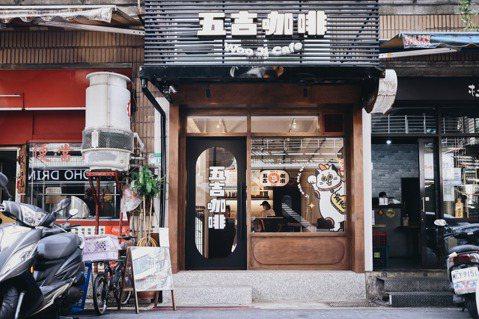 五吉咖啡以圓滾滾招財貓作為門面,向客人招手歡迎、祝你有錢。 圖/王聰賢攝影