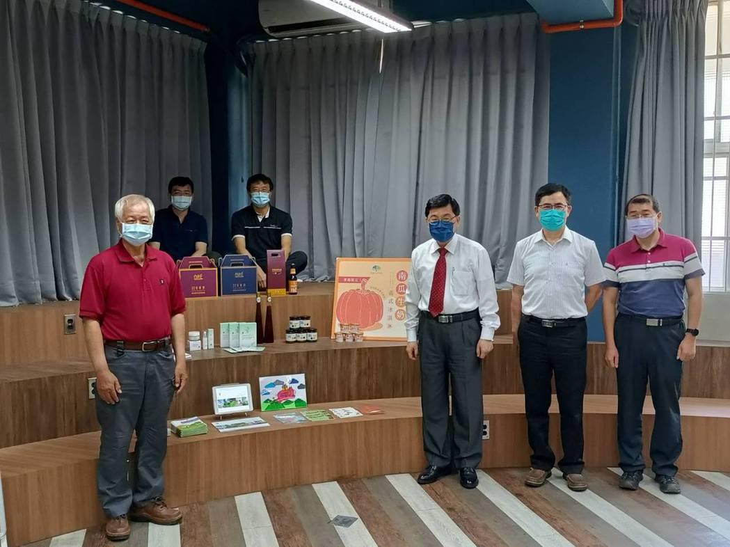 南開科大校長許聰鑫(前排左二)表示,由副校長林正敏(後排左二)帶領整合各系資源,...
