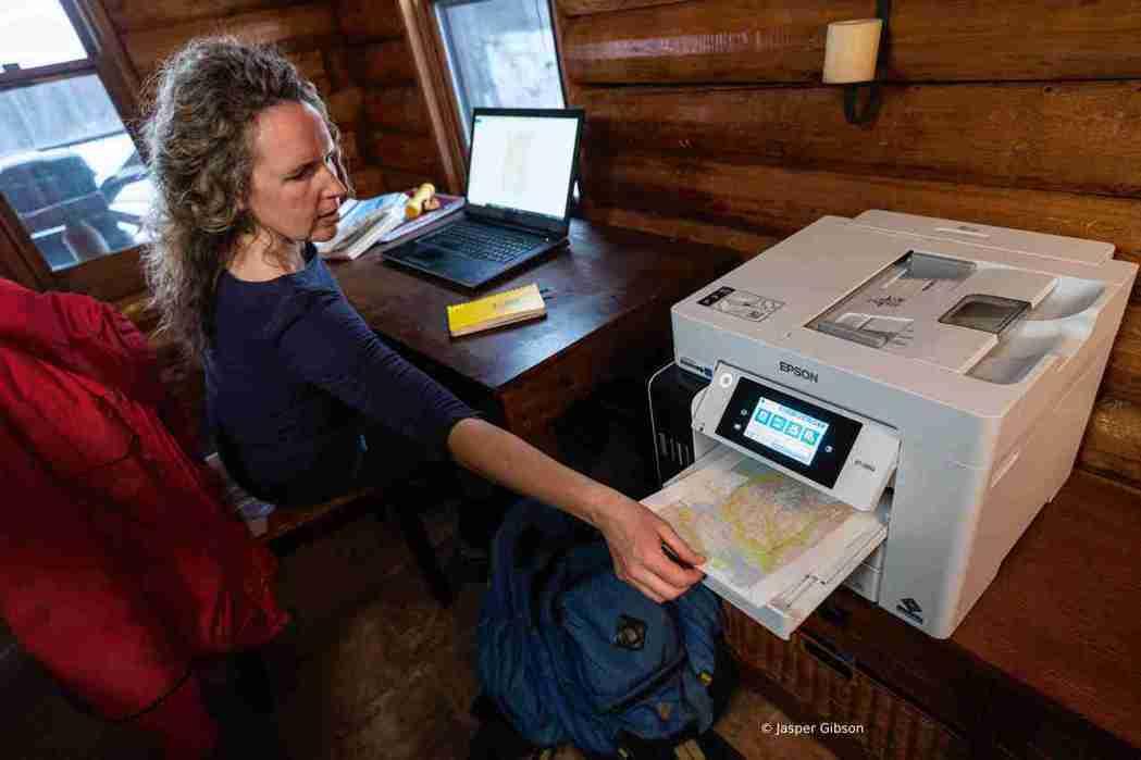 探險家凱蒂.沃特.安東尼列印研究所需的地圖和數據時,即選擇使用節能環保的Epso...
