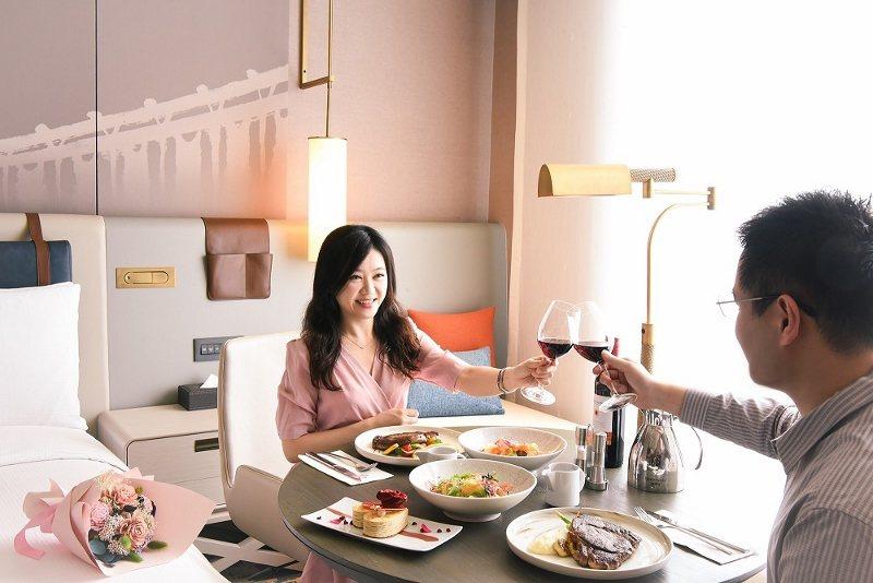 台北新板希爾頓酒店推出「希手饗樂」 微醺情人月住房專案,不分平假日雙人入住,每人...