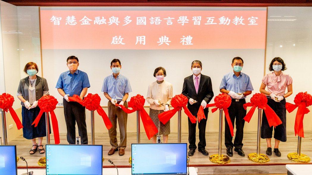中國科大「智慧金融與多國語言學習互動教室」剪綵啟用。 中國科大/提供