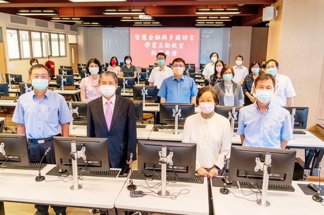 中國科大智慧金融與多國語言學習互動教室啟用典禮現場,與會主管合影。 中國科大/提...