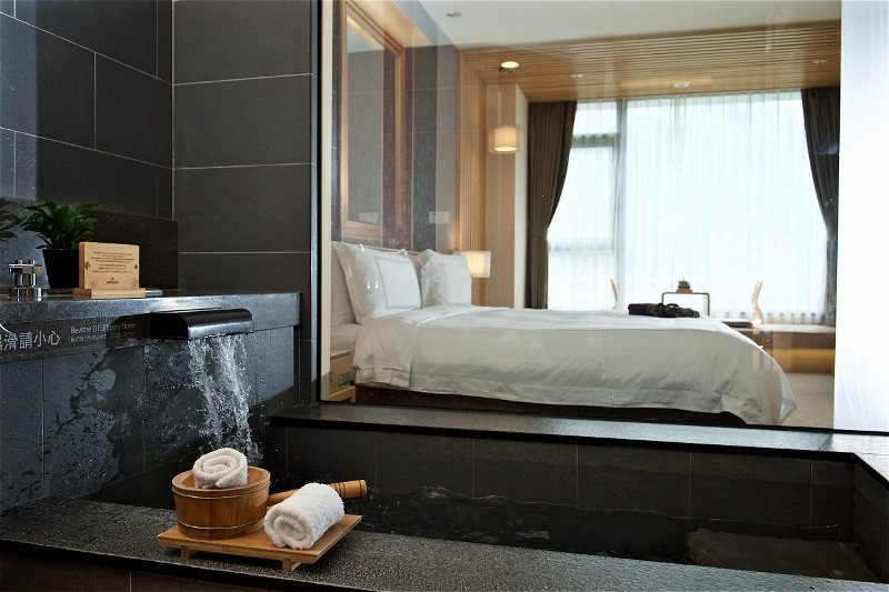 客房內有溫泉浴池,依「爸氣一夏」專案可提早進房、延遲退房,住滿24小時。 業者/...