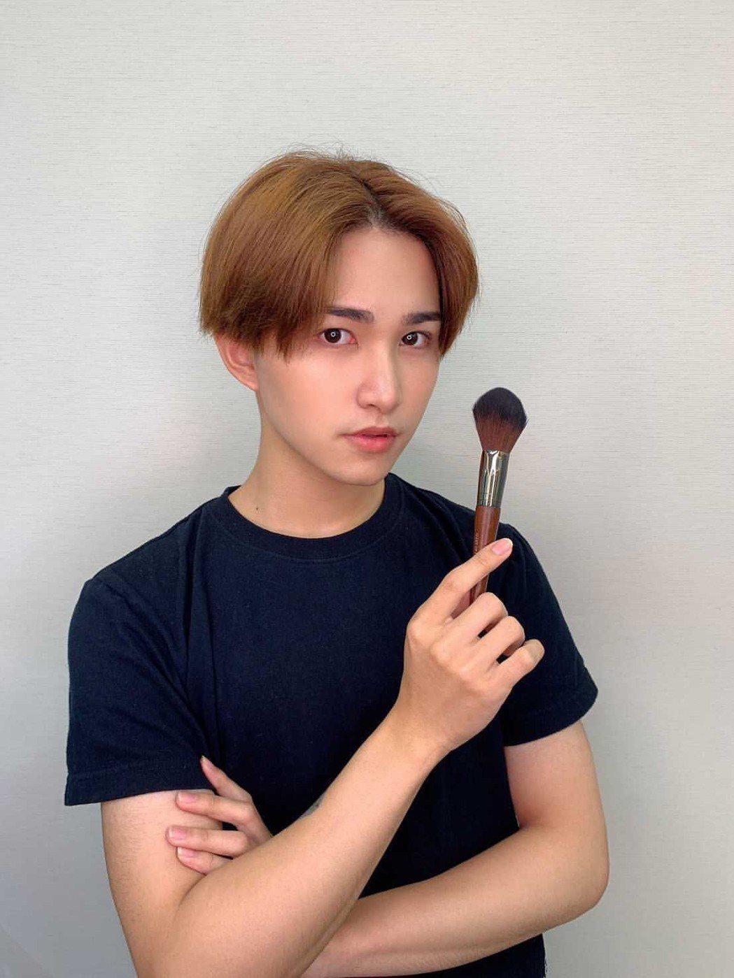 在莊敬高職美容科就對彩妝非常感興趣,林昭佑因此選擇萬能科大時尚系就讀。
