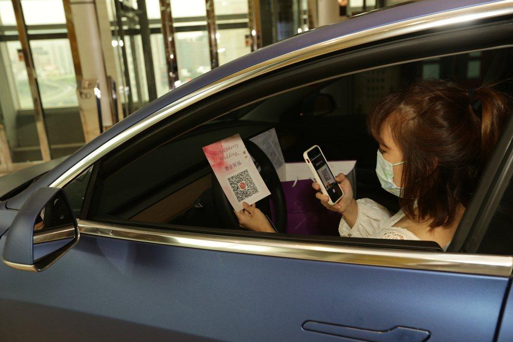 賓客掃QR code支付禮金。