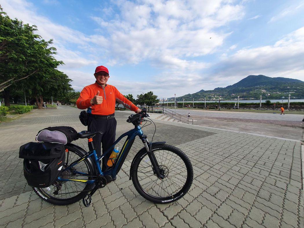 張世輝先生與美利達eBT電動輔助自行車。 驊采公司/提供
