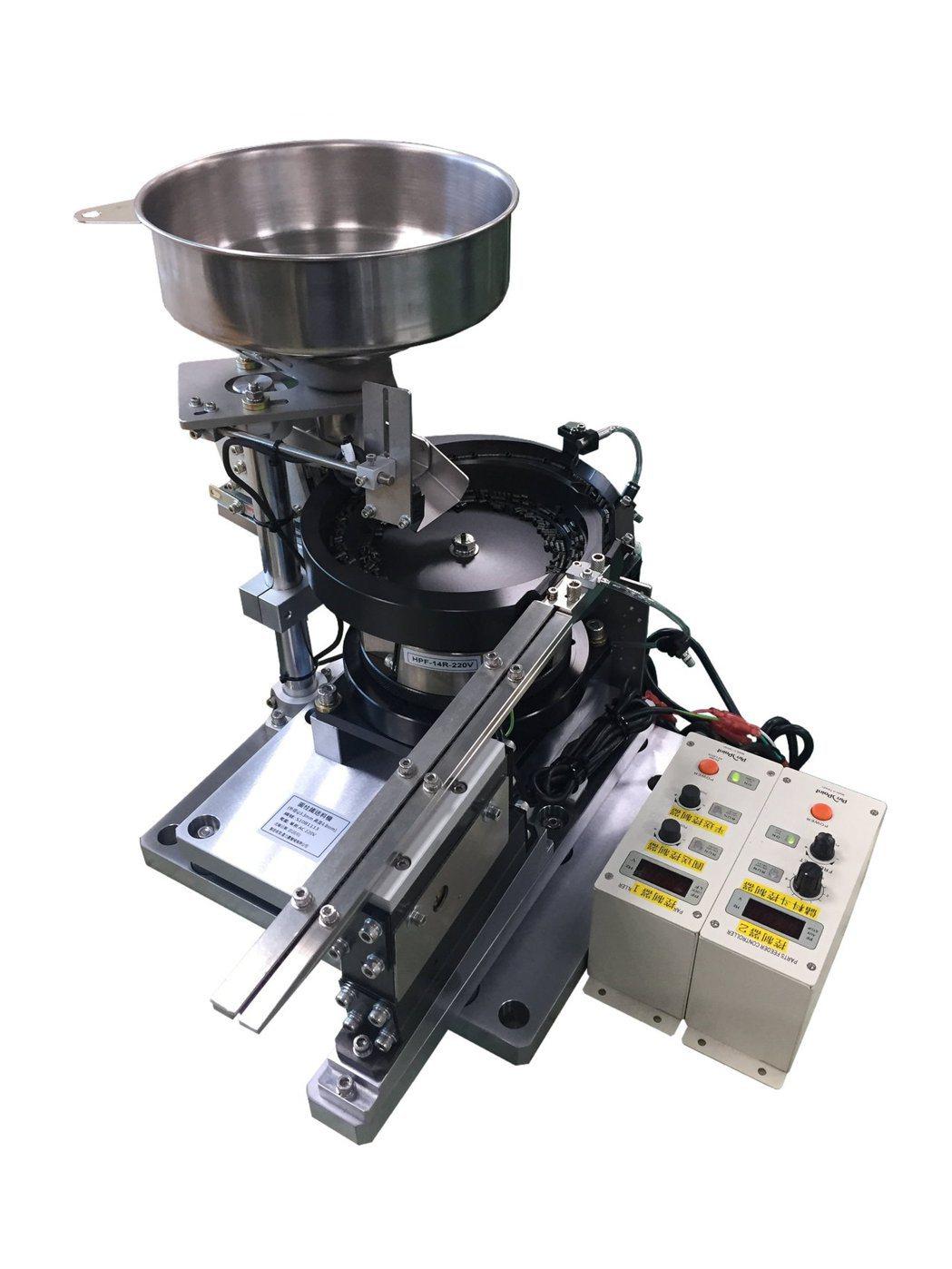 鑫力嘉設計製造圓柱鐵送料機。 鑫力嘉/提供