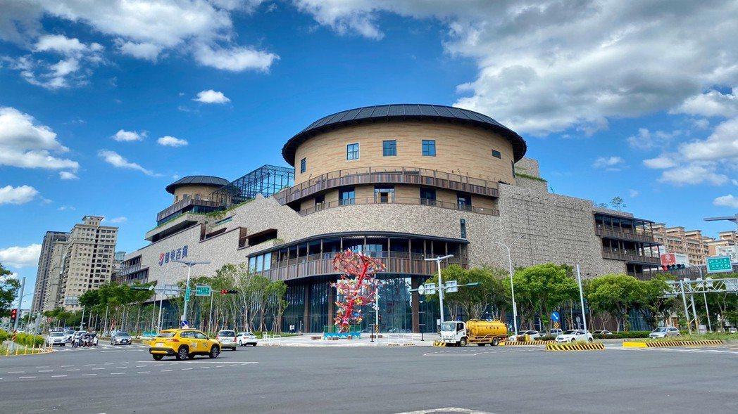 建築外型注入客家土樓特色的遠百竹北店預計年底開幕。圖/遠百提供