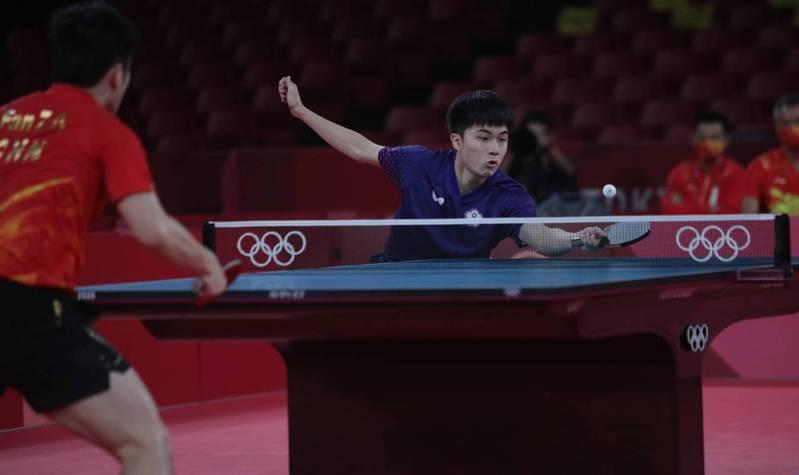 林昀儒(右)大戰樊振東。 體育署提供