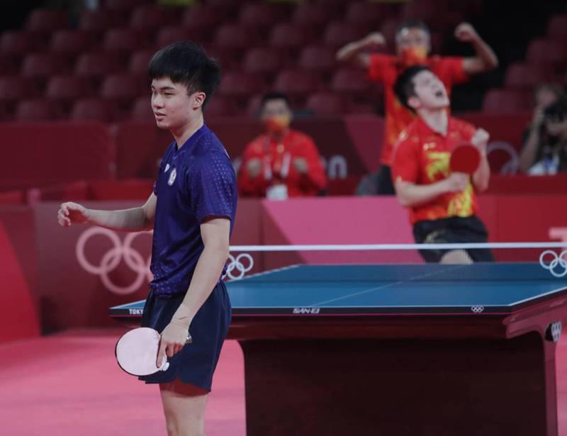 林昀儒(左)桌球男單四強賽不敵球王樊振東。 體育署提供