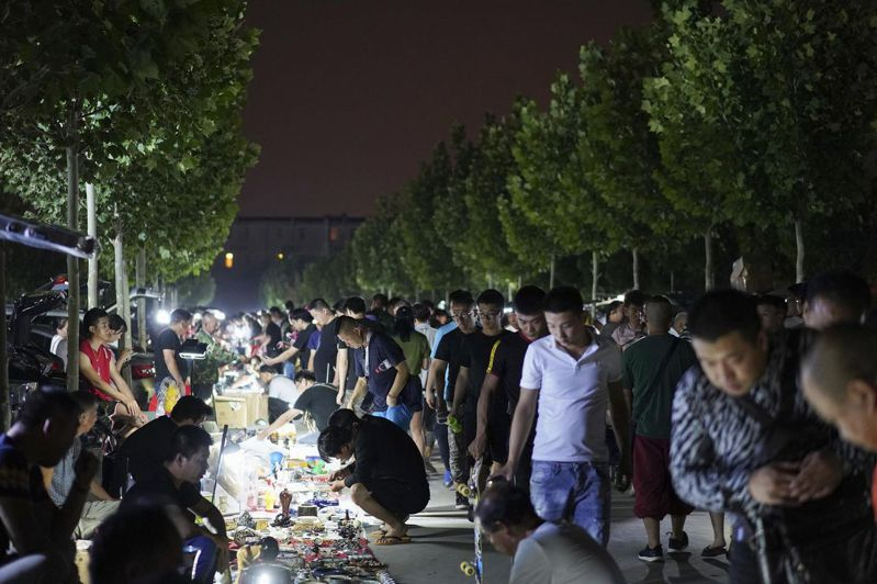 位於北京東五環的大柳樹市場至今還保留著「鬼市」的傳統,也是目前京津冀地區最大的一個「鬼市」。 (視覺中國)