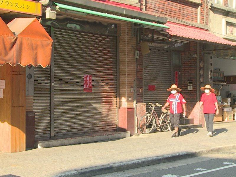 淡水老街商圈過去2個多月很多店家都撐不下去,紛紛退租,這一波退租關店潮佔了整個老街店家的六成以上。 圖/紅樹林有線電視提供