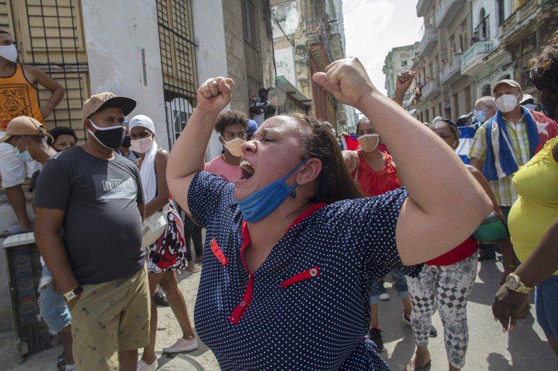 古巴11日爆發反政府示威,抗議者在哈瓦那遊行時,支持政府人士也上街反制,一位婦人高喊支持政府口號。美聯社